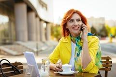 Femme d'affaires sur une pause-café photographie stock