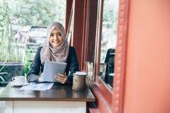 Femme d'affaires sur une pause-café photo stock