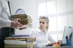 Femme d'affaires surchargée Image stock