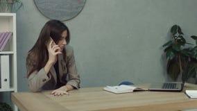 Femme d'affaires surchargée réveillée par l'appel téléphonique banque de vidéos