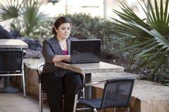 Femme d'affaires - télétravail de café d'Internet photos stock