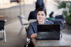 Femme d'affaires - télétravail de café d'Internet image stock