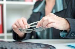 Femme d'affaires tenant des verres Photo stock