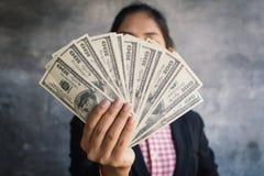 Femme d'affaires tenant l'argent pour le salaire image libre de droits