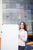Femme d'affaires tenant la bannière photographie stock libre de droits