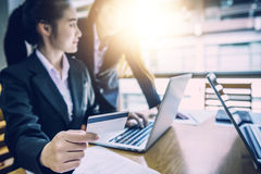 Femme d'affaires tenant la carte de crédit sur l'ordinateur portable pour des achats en ligne Image libre de droits