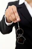 Femme d'affaires tenant la clé de maison photos stock