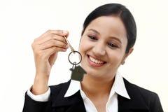 Femme d'affaires tenant la clé de maison photo stock