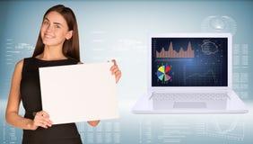 Femme d'affaires tenant la feuille de papier Photos libres de droits