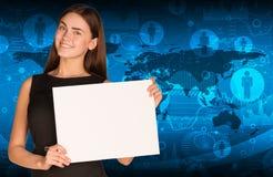 Femme d'affaires tenant la feuille de papier Image stock