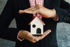 Femme d'affaires tenant la petite maison blanche en main photo libre de droits