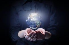 Femme d'affaires tenant la planète de la terre dans la paume Images libres de droits