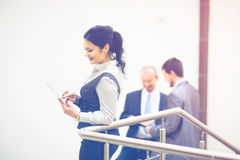 Femme d'affaires tenant la tablette Photographie stock libre de droits