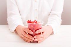 Femme d'affaires tenant la tasse avec de petites tomates fraîches image stock