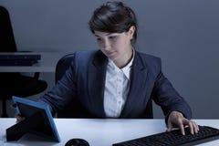 Femme d'affaires tenant le cadre avec la photo Image libre de droits