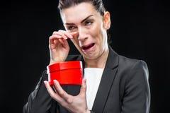Femme d'affaires tenant le coeur rouge de jouet Images stock