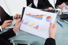 Femme d'affaires tenant le diagramme financier de progrès Image stock