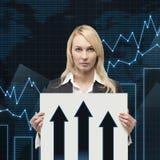 Femme d'affaires tenant le papier Images stock