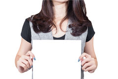 Femme d'affaires tenant le papier blanc vide de carte à l'avant photographie stock