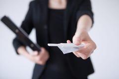 Femme d'affaires tenant le préservatif et l'essai de grossesse Photos stock