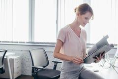 Femme d'affaires tenant le presse-papiers Images stock
