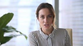 Femme d'affaires tenant le rapport financier parlant au webcam pour faire l'appel visuel banque de vidéos