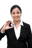 Femme d'affaires tenant le sablier photographie stock libre de droits
