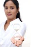 Femme d'affaires tenant le sablier photos stock