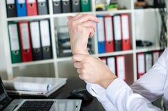 Femme d'affaires tenant son poignet douloureux Photos libres de droits