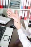 Femme d'affaires tenant son poignet douloureux Image libre de droits