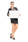 Femme d'affaires tenant une enseigne vide Images stock