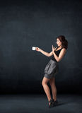 Femme d'affaires tenant une tasse blanche Photo stock