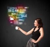 Femme d'affaires tenant une tasse blanche avec des actualités et l'informatio quotidiens Image libre de droits