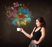 Femme d'affaires tenant une tasse blanche avec des diagrammes et des graphiques Photographie stock libre de droits