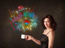 Femme d'affaires tenant une tasse blanche avec des diagrammes et des graphiques Image libre de droits