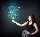 Femme d'affaires tenant une tasse blanche avec des icônes d'affaires Photos stock