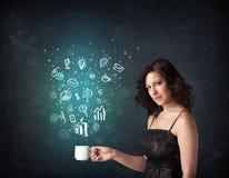 Femme d'affaires tenant une tasse blanche avec des icônes d'affaires Photos libres de droits