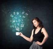 Femme d'affaires tenant une tasse blanche avec des icônes d'affaires Photo libre de droits