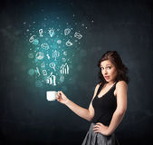 Femme d'affaires tenant une tasse blanche avec des icônes d'affaires Image libre de droits