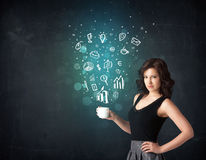Femme d'affaires tenant une tasse blanche avec des icônes d'affaires Photo stock