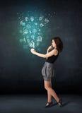 Femme d'affaires tenant une tasse blanche avec des icônes d'affaires Photographie stock
