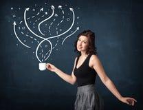 Femme d'affaires tenant une tasse blanche avec des lignes et des flèches Image stock