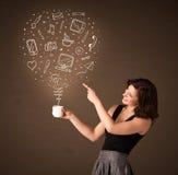 Femme d'affaires tenant une tasse blanche avec les icônes sociales de media Photographie stock