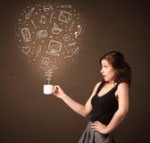 Femme d'affaires tenant une tasse blanche avec les icônes sociales de media Photos stock