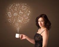 Femme d'affaires tenant une tasse blanche avec les icônes sociales de media Photos libres de droits