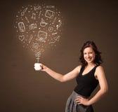Femme d'affaires tenant une tasse blanche avec les icônes sociales de media Photo stock