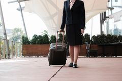 femme d'affaires tirant le bagage dehors bagages de transport f de femme Photographie stock