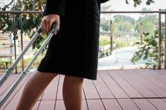 femme d'affaires tirant le bagage dehors bagages de transport f de femme Photographie stock libre de droits