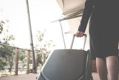 femme d'affaires tirant le bagage dehors bagages de transport f de femme Images libres de droits