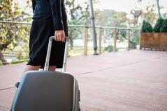 femme d'affaires tirant le bagage dehors bagages de transport f de femme Photo stock